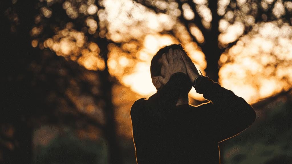 Homem chorando na floresta