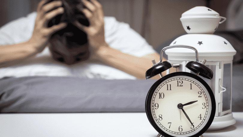 Homem tendo dificuldades para dormir