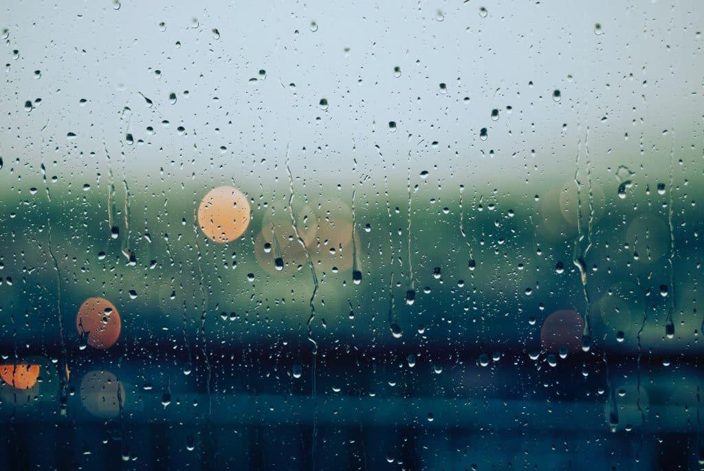 Janela com água da chuva