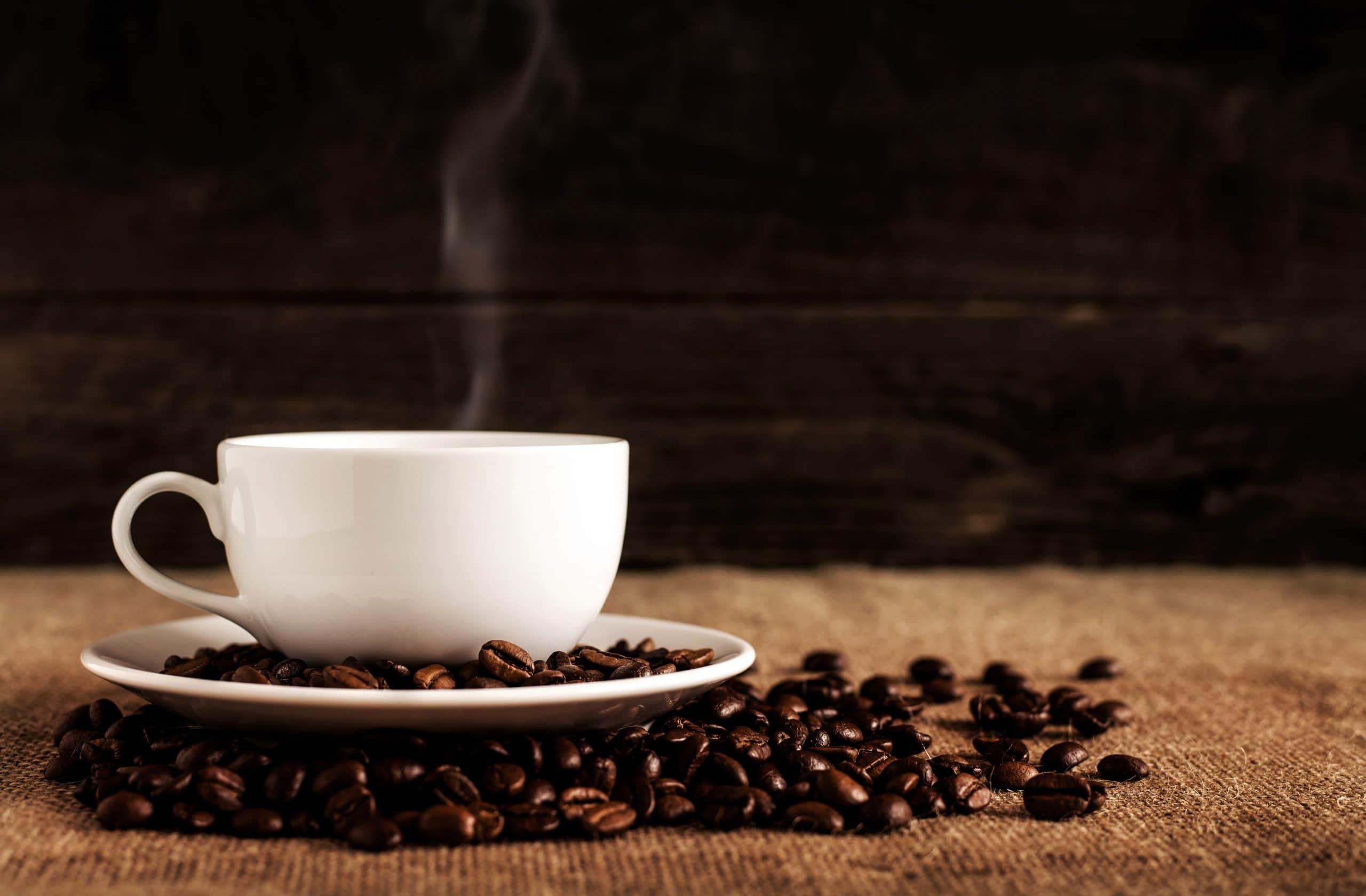 Xícara de café com fumaça saindo dela.