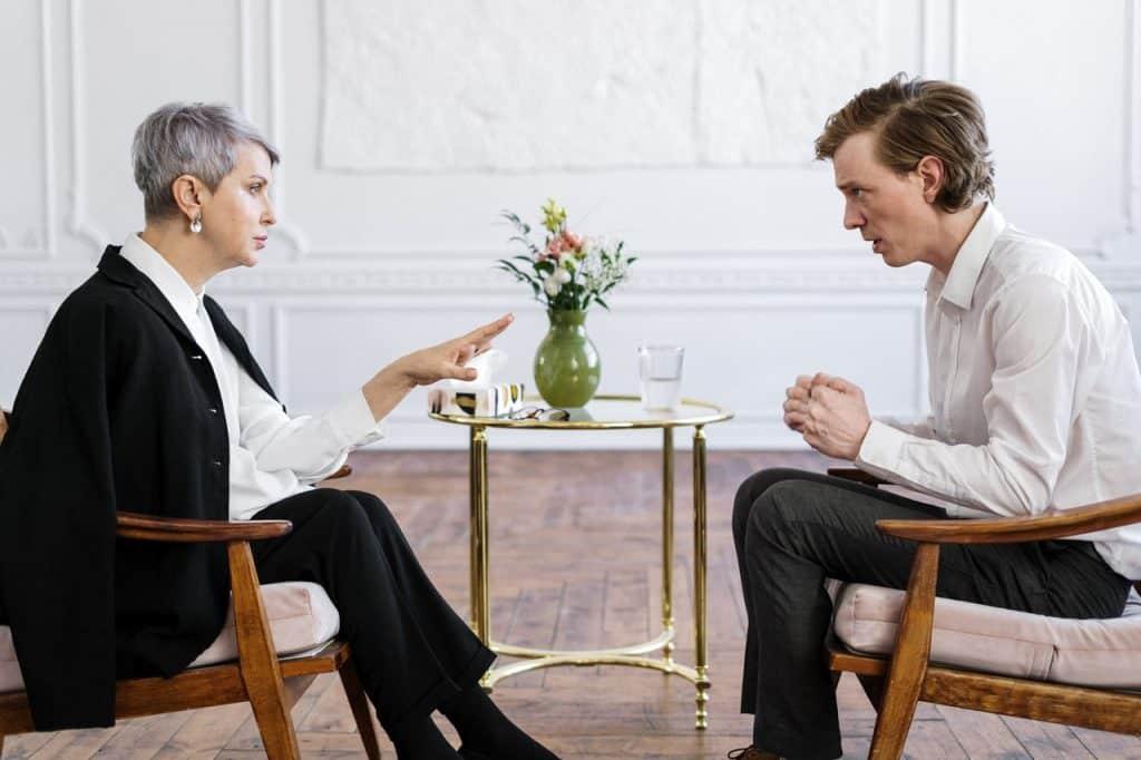 Psicóloga conversando com o seu paciente