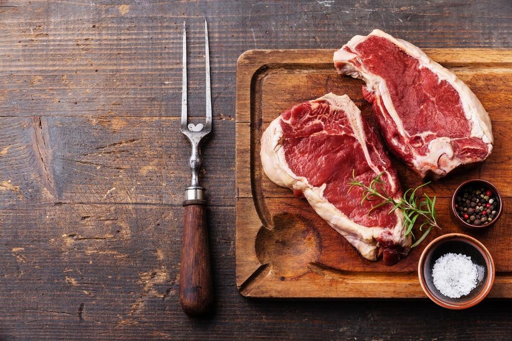 Carne crua em cima de uma tábua.