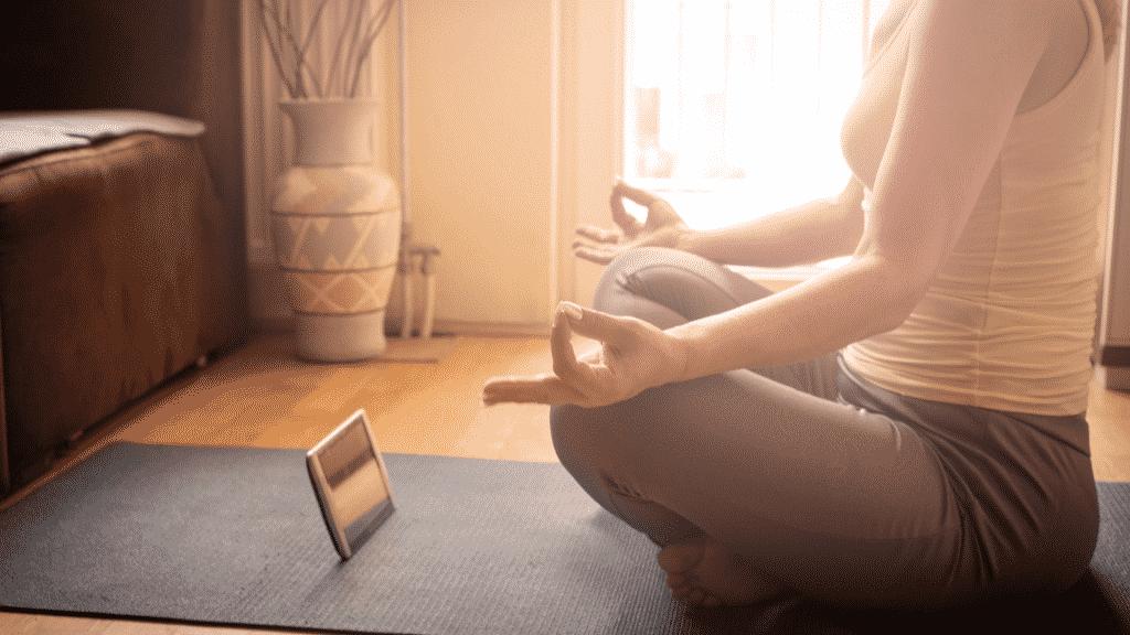 Mulher meditando na sala