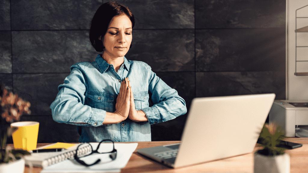 Mulher meditando no trabalho