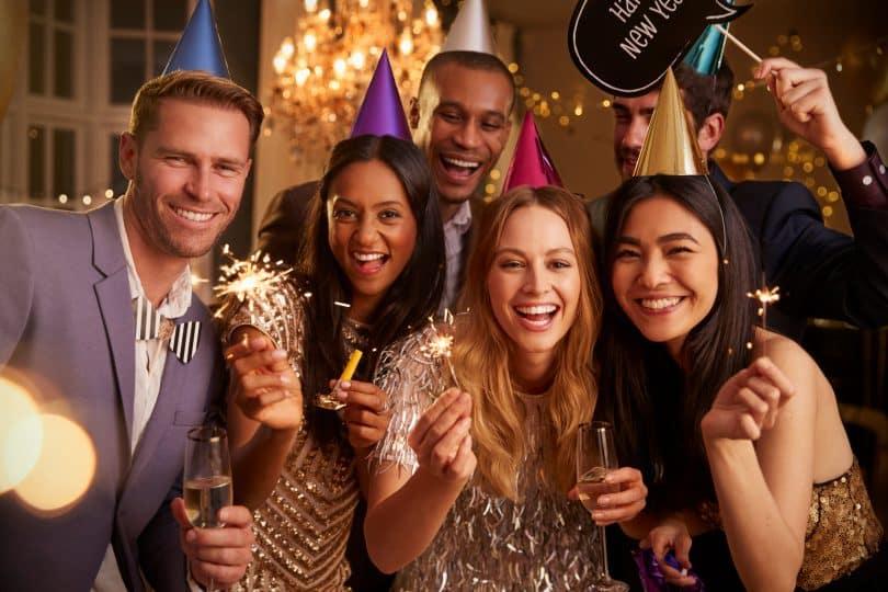 Amigos celebram o ano novo.