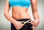 Mulher medindo quadril com fita métrica