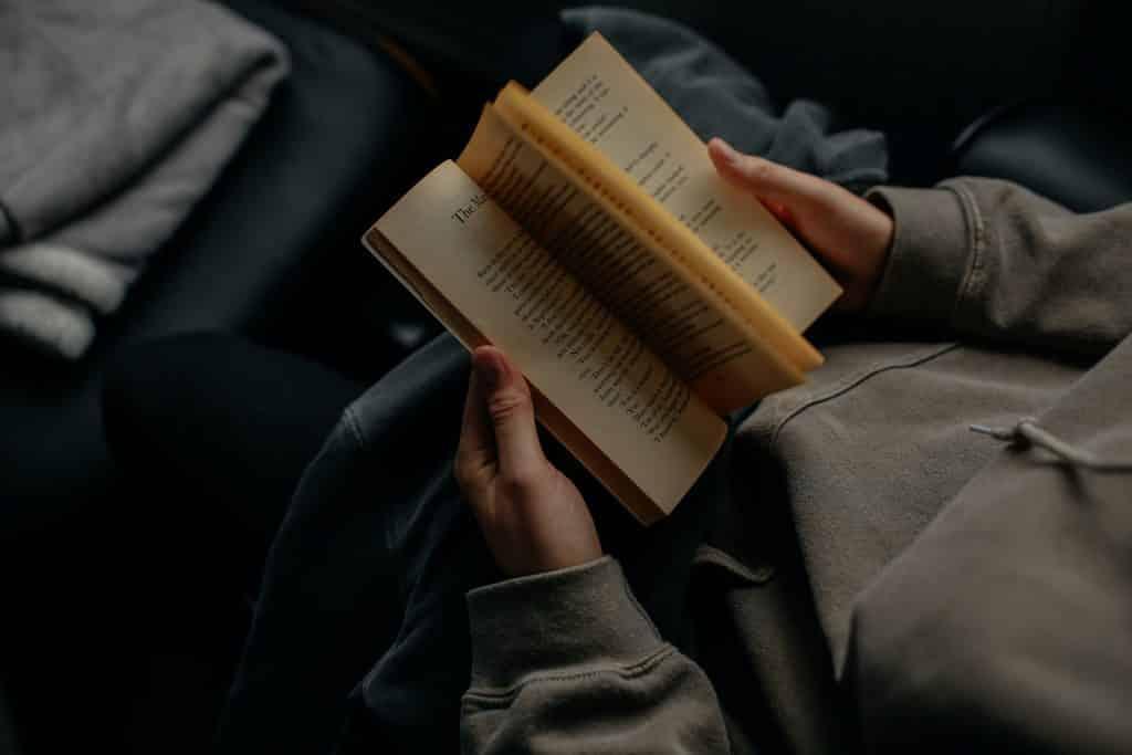 Pessoa foleando um livro