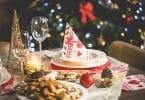 Mesa arrumada para o natal com decorações natalinas