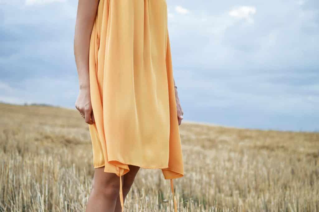 Mulher com vestido amarelo