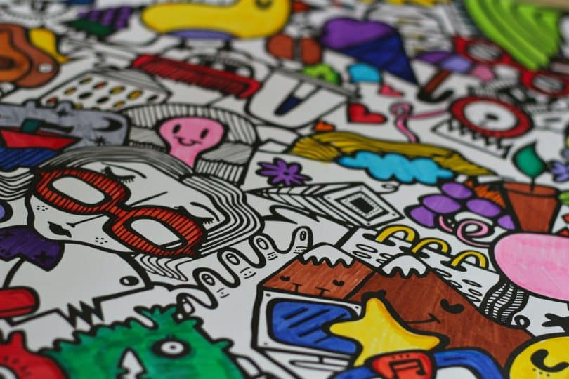 Folha de papel com desenhos coloridos