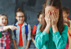 Garota sofrendo bullying de outras crianças