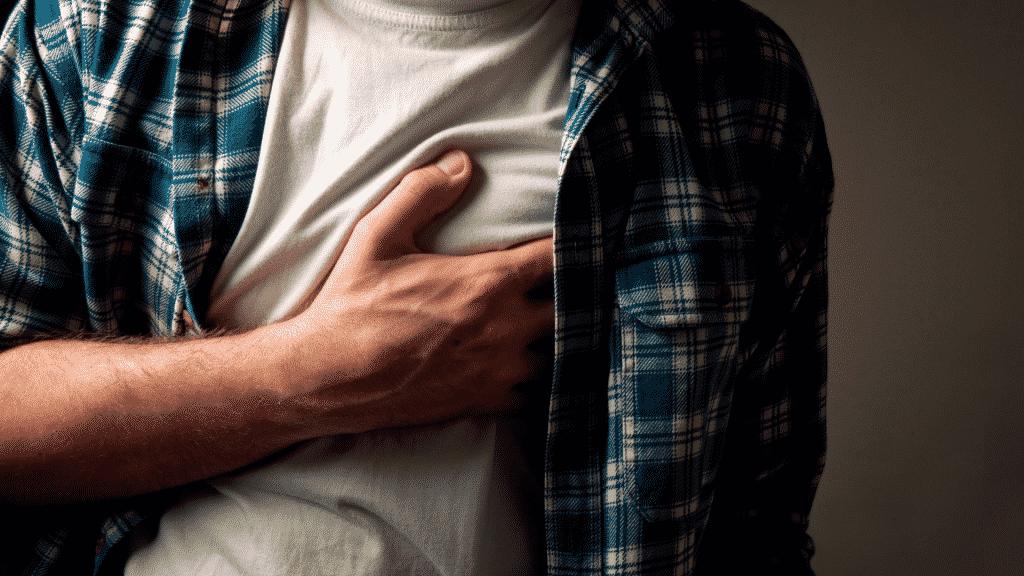 Homem sentindo dor do peito