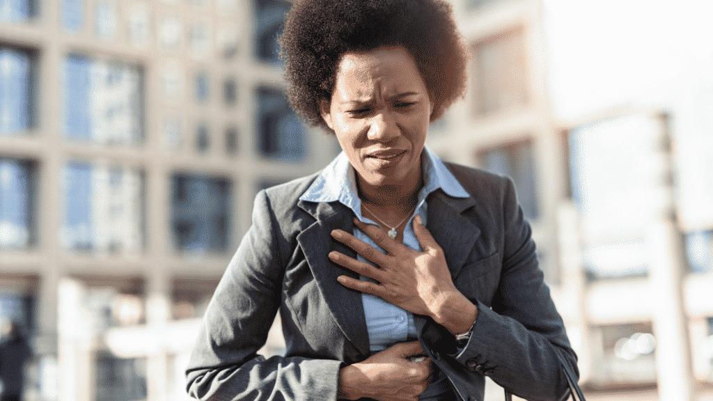 Mulher sentindo dor do peito
