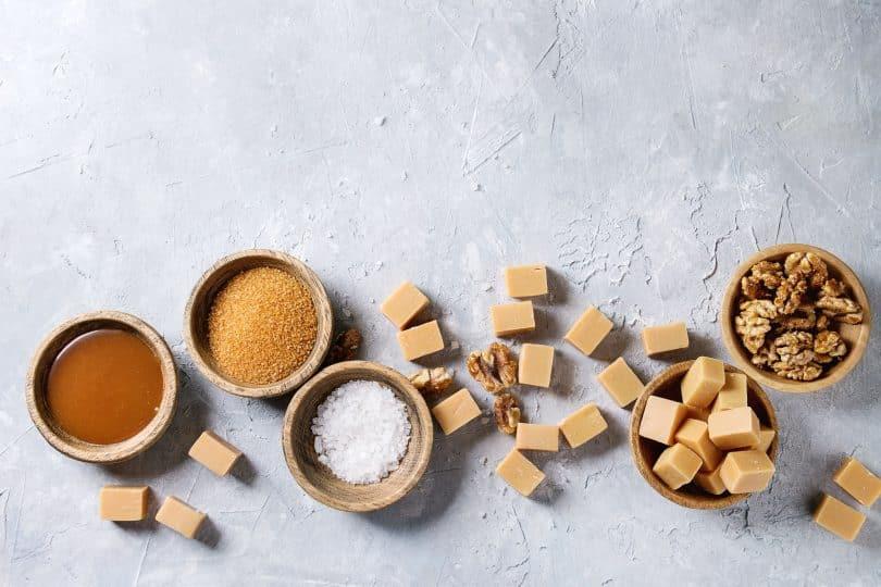 Diversos tipos de doces e açúcares.