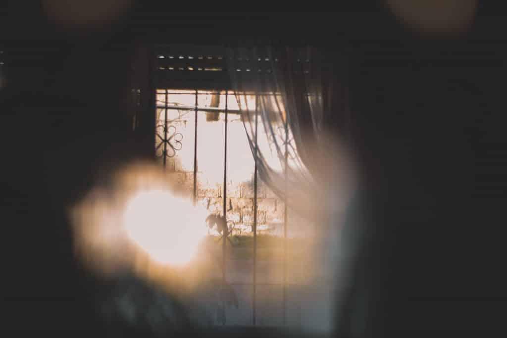 Janela de casa aberta com luz do sol entrando