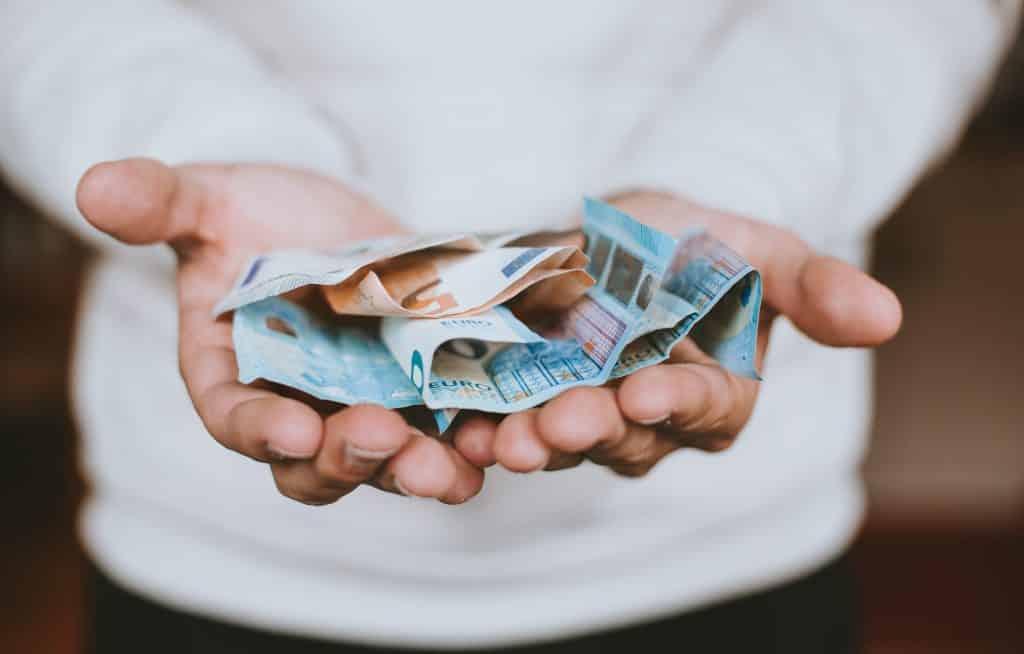 Mulher segurando notas de dinheiro