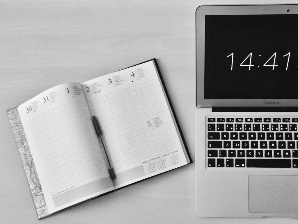 Agenda ao lado de um notebook