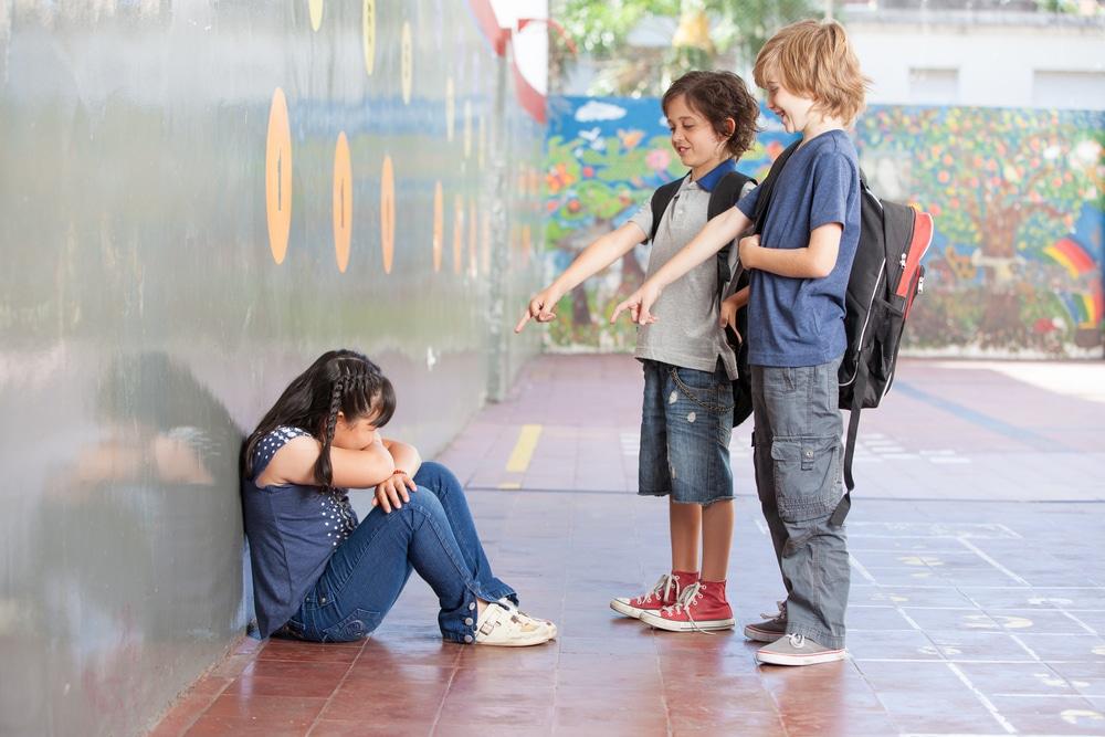 Menina criança sofrendo bullying de seus colegas da escola