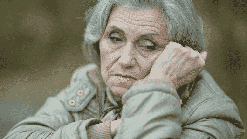 Mulher idosa com expressão triste
