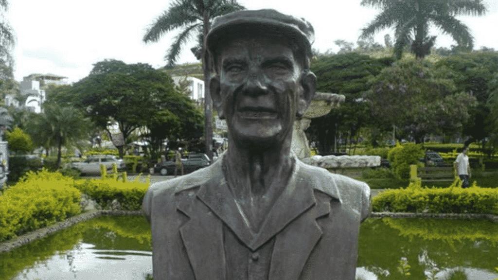 Estátua de busto de Chico Xavier