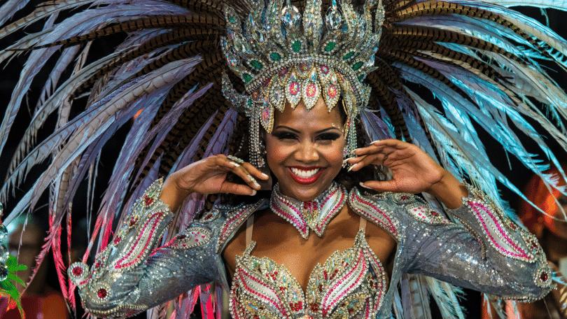 Passista de escola de samba no carnaval