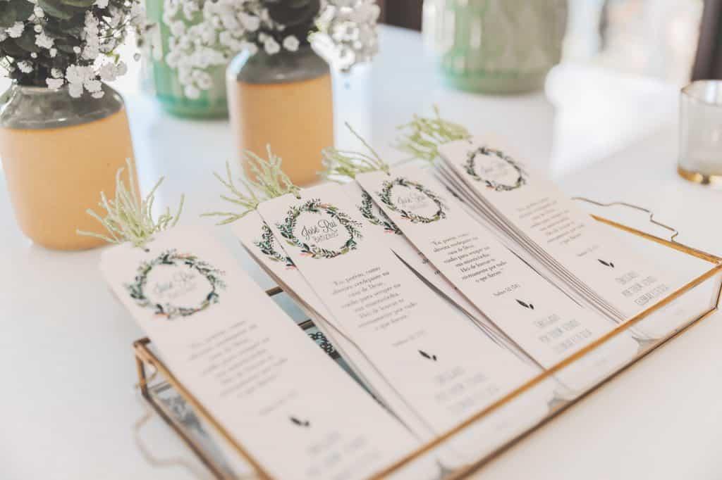 Vários marca página em cima de uma mesa.