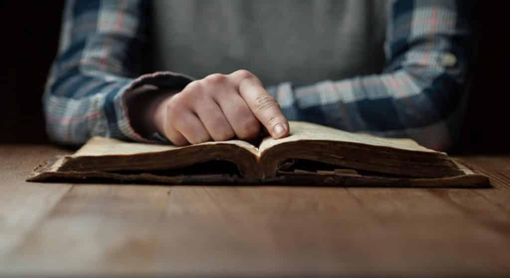 Pessoa lendo livro