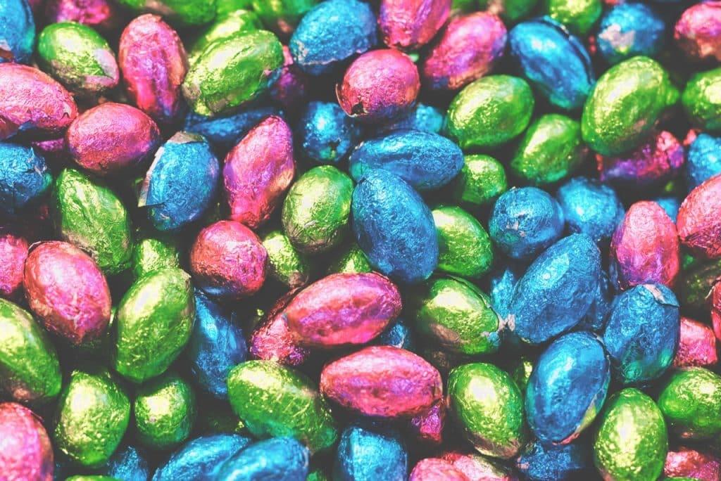 Vários tipos de ovos de Páscoa.