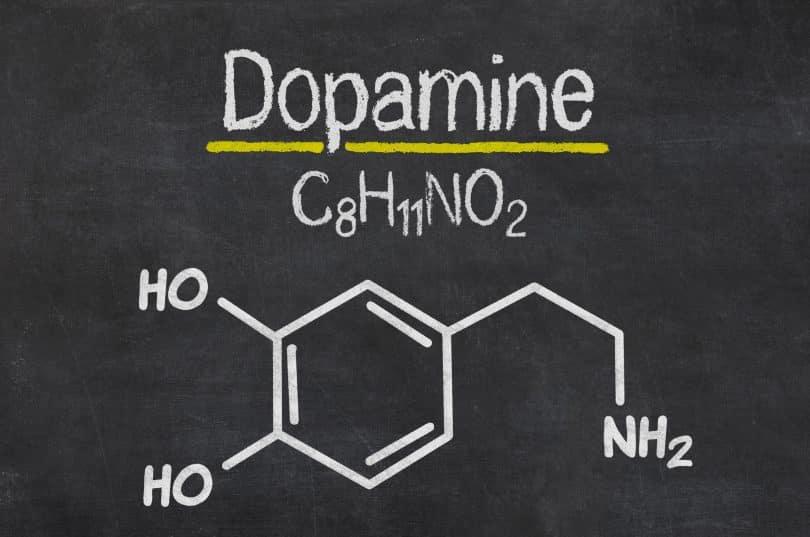 Quadro negro com a fórmula química da dopamina.