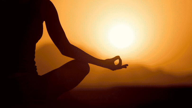 Imagem de uma pessoa meditando e praticando a posição Mudra