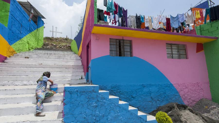 Artista pintando as ruas de Pachuca, no México.