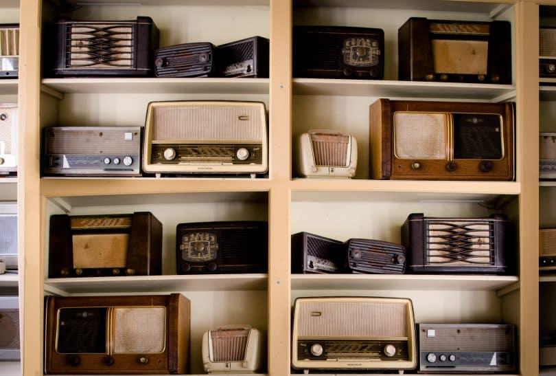 Estante com rádios antigos
