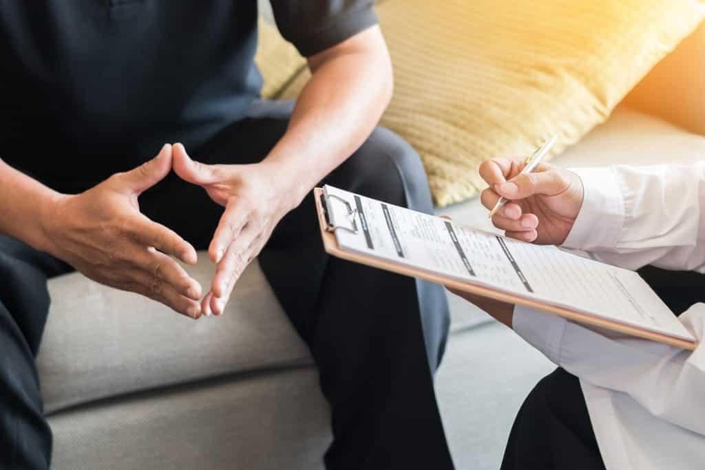 Psicólogo conversando com paciente