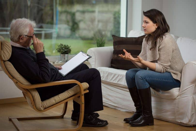 Menina contando sobre seus problemas na terapia.