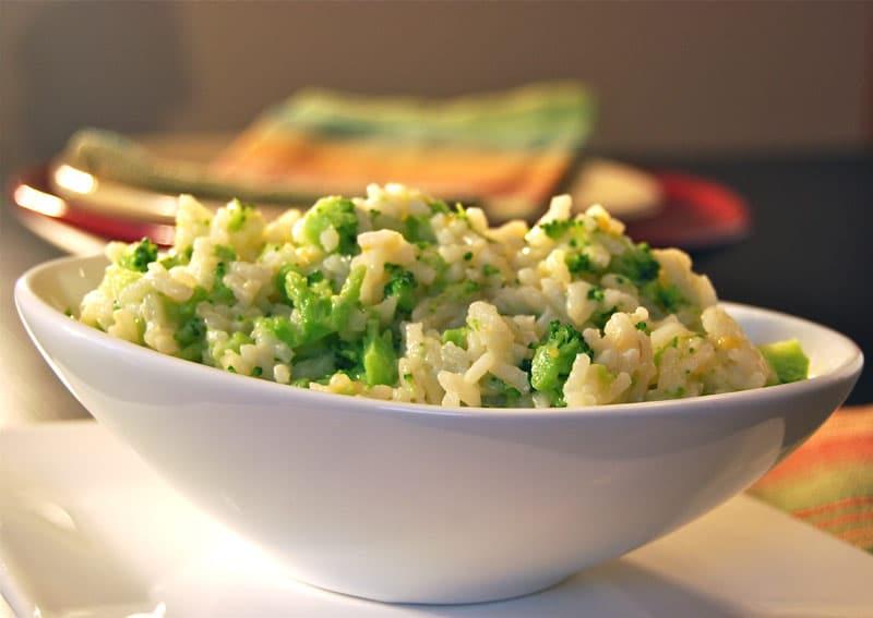 Arroz com brócolis em uma tigela branca.