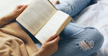 Mulher lendo um livro.