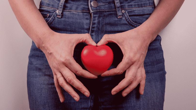 Mulher segurando maçã para representar o sistema reprodutor feminino