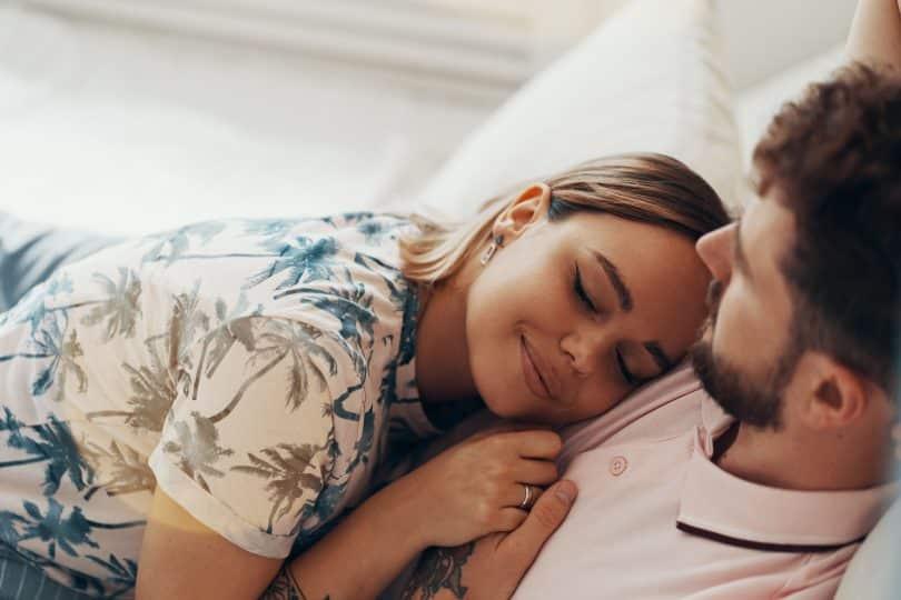Homem e mulher brancos deitados.