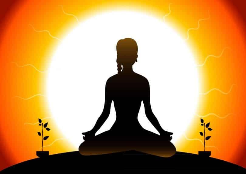 Ilustração de mulher praticando Yoga. Ao fundo, há o Sol.