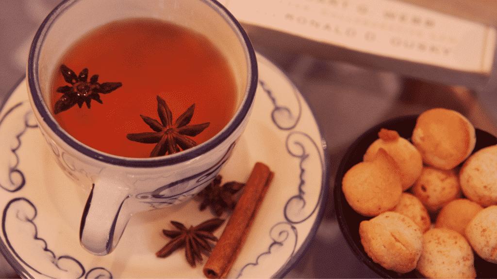 Chá de uva-ursina com cravo e canela