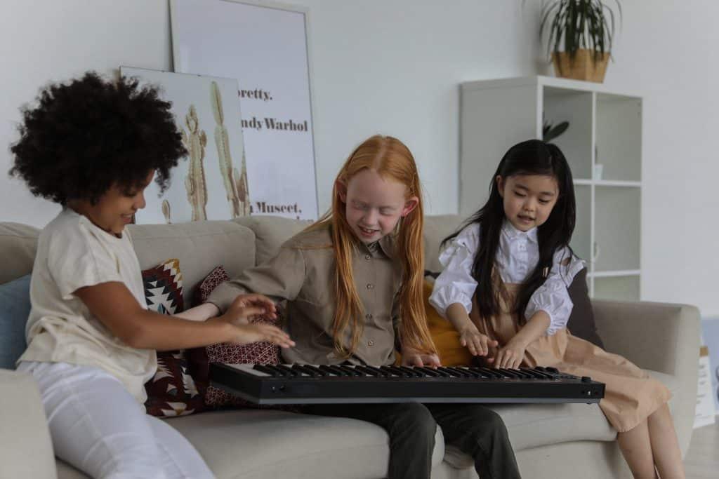 Crianças tocando teclado