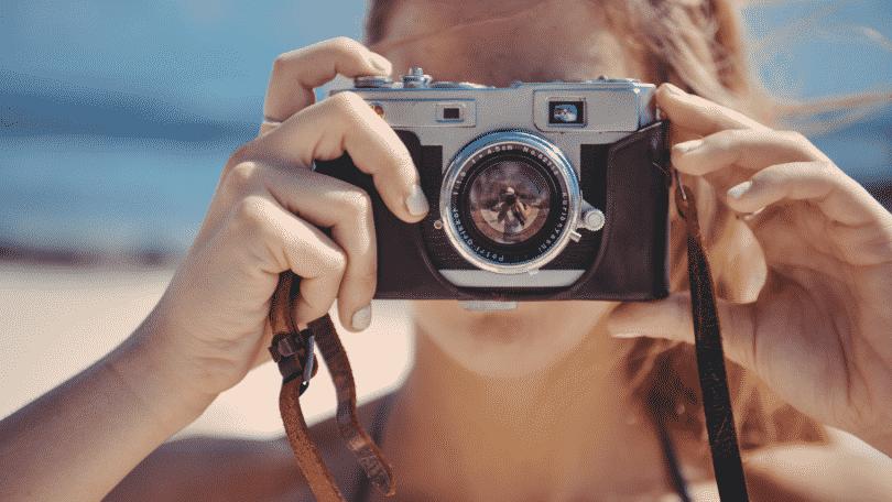 Mulher tirando fotos com câmera