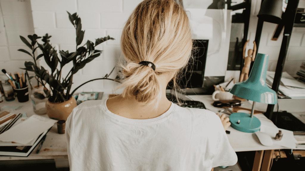 Mulher de costas no seu escritório em casa