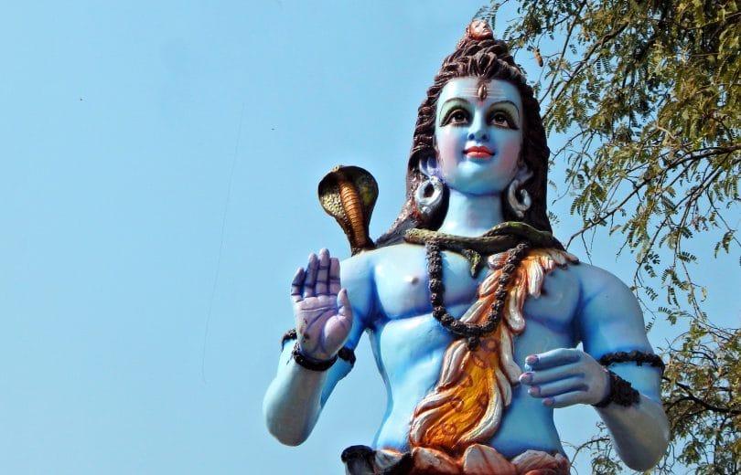 Estátua de Shiva com a mão estendida em um dia ensolarado.