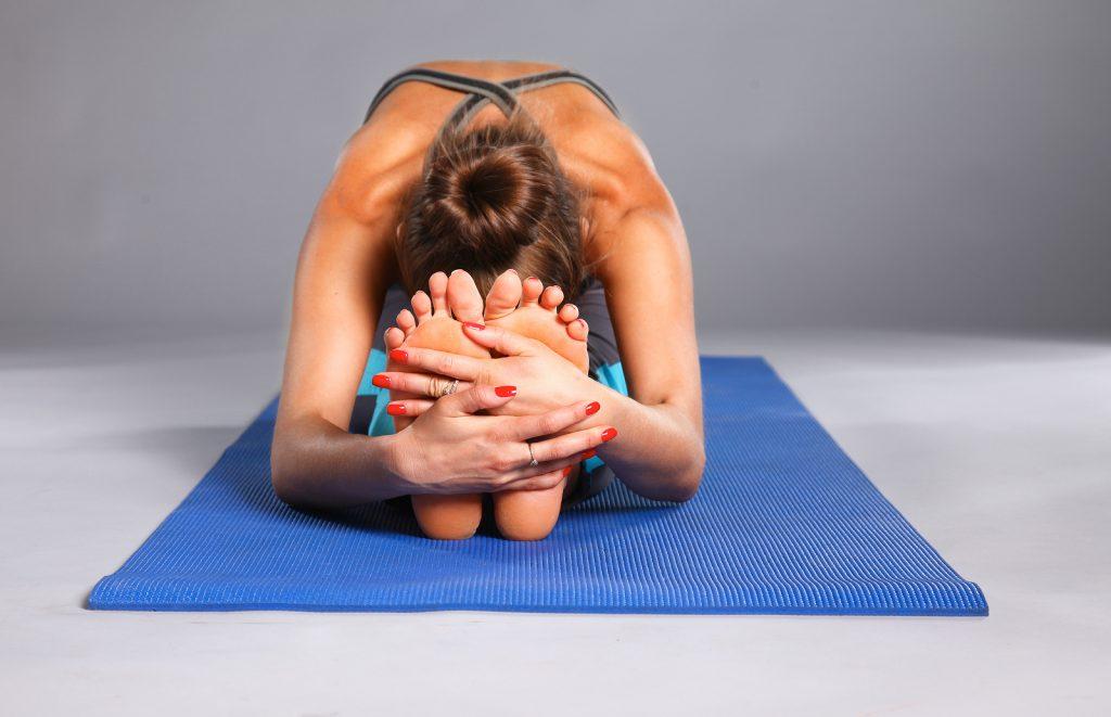 Mulher fazendo flexão sentada.