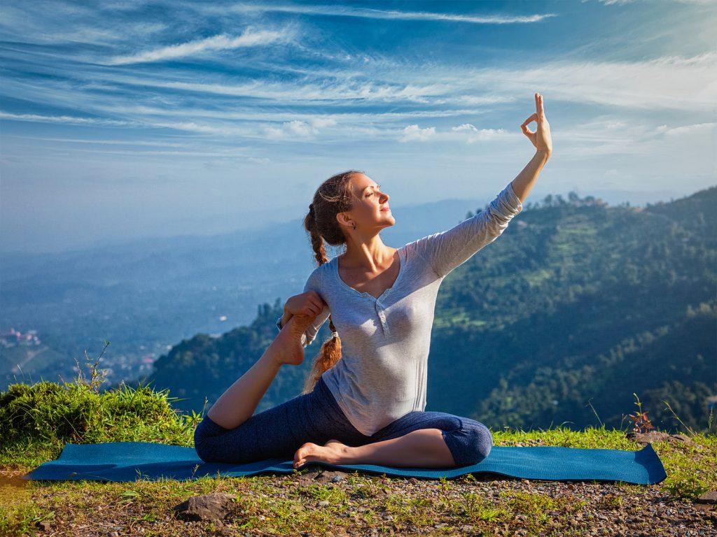 Mulher fazendo posição de yoga.