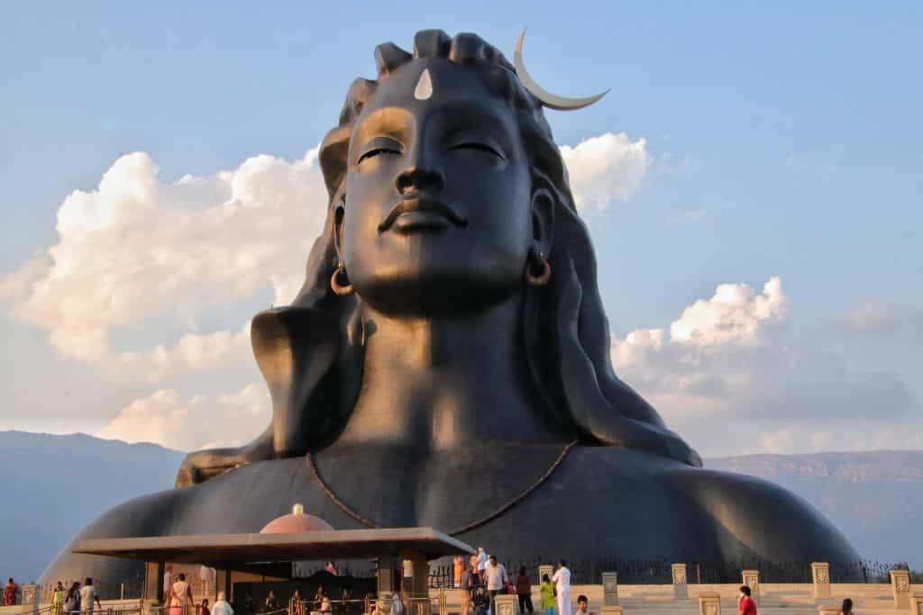 Estátua gigante do busto de Shiva, vista em um dia ensolarado.