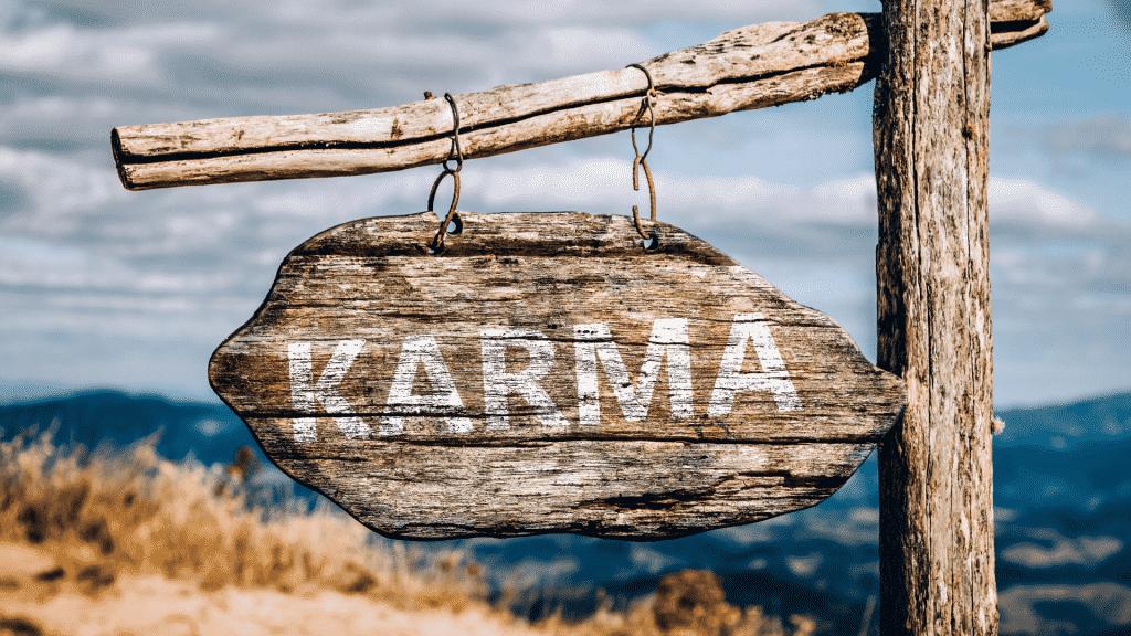 """Placa escrito """"Karma"""" sob uma montanha"""