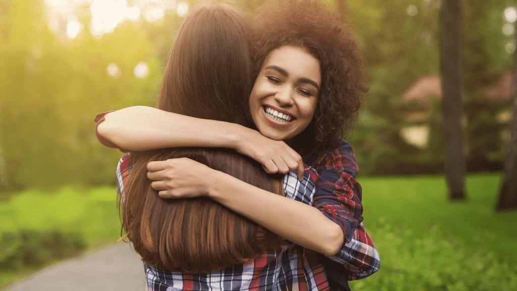 Duas mulheres alegres se abraçando