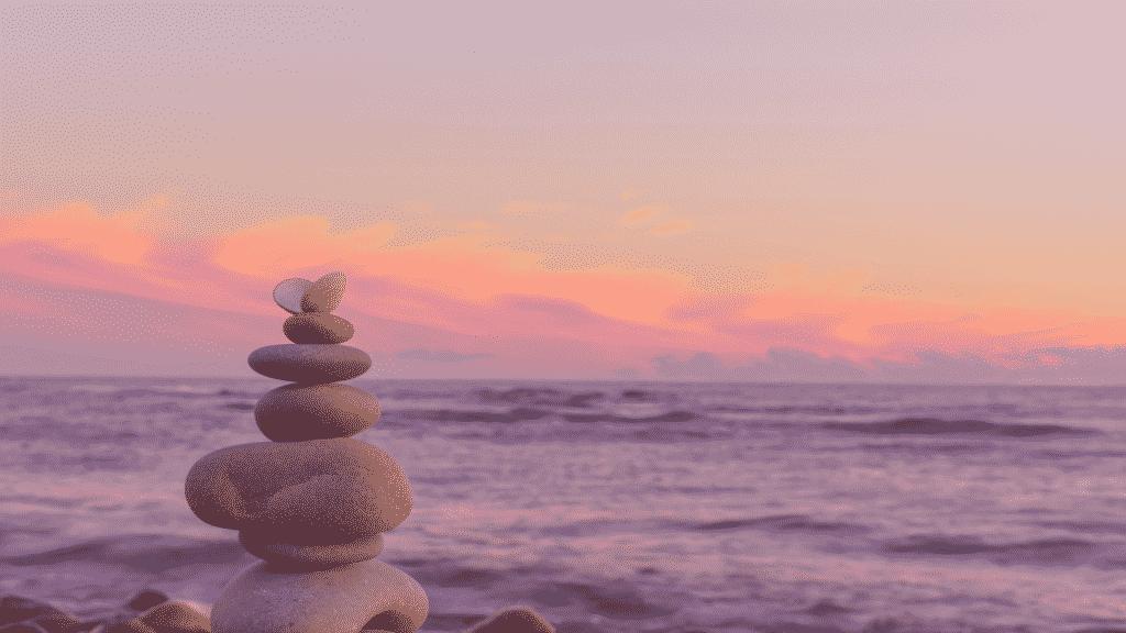 Pedras equilibradas e empilhadas na praia
